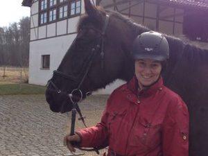 Birgit Jostes mit Samba auf dem Versuchsgut Jungborn der HfWU