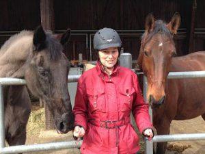Dr. Birgit Jostes mit den Pferden Samba und Tabu auf dem Versuchsgut Jungborn der HfWU