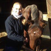 Kursleiterin Isabell Marr mit dem Pferd Tabu und einer Futterbox, die in einer Verhaltensstudie eingesetzt wurde.